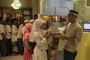 Pembagian bingkisan yang dilakukan oleh manajemen hotel Yello Jemursari Surabaya kepada anak-anak panti asuhan Ulul Albab, Tenggilis Mulya, Surabaya pada hari Rabu (8/5/2019)