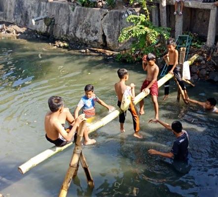 Lomba Gebug Kali yang diadakan oleh RT 9 RW 6 Kelurahan Pucang Sewu, Kecamatan Gubeng Surabaya saat lomba 17an