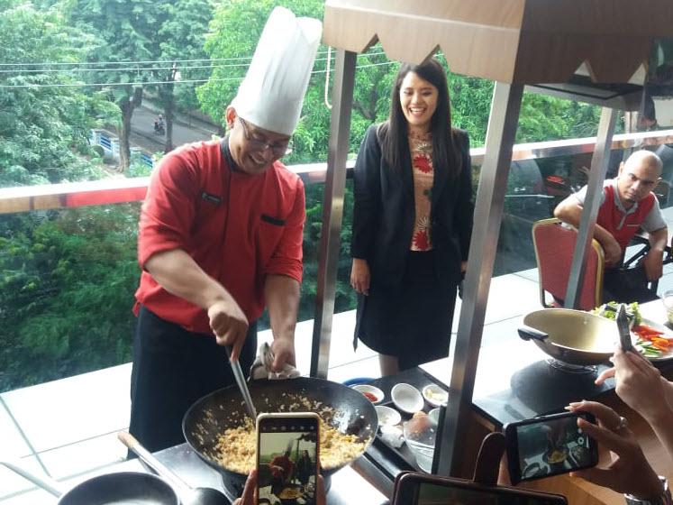 Chef Hendra dari PrimeBiz Hotel sedang mempresentasikan Nasi Goreng Jancuk kepada peserta lomba masak nasi goreng jancuk di PrimeBiz Hotel Surabaya hari Jumat (14/2/2020)
