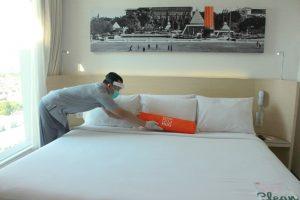 Housekeeping Harris Hotel membersihkan kamar tamu hotel dengan standar protokol kesehatan