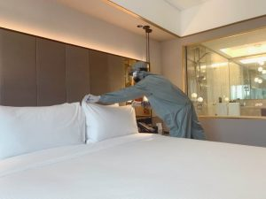 Petugas Housekeeping Sari Pacific Hotel Jakarta menggunakan Alat Pelindung Diri Kesehatan saat membersihkan kamar di era new normal