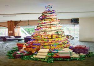 Pohon Natal Bahan Daur Ulang Meal Box dikreasikan oleh Hotel Grand Mercure Mirama Surabaya pada bulan Desember 2020