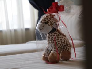 boneka Jerapah Luminor Hotel Kota yang akan dibagikan saat liburan akhir tahun