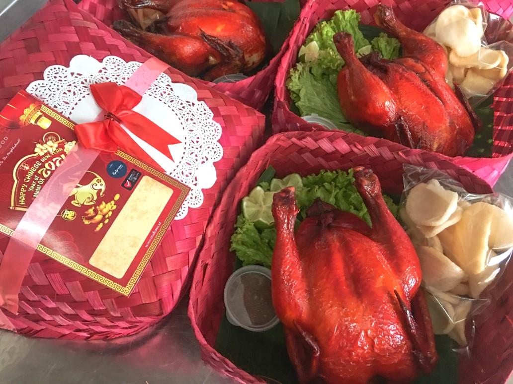 Menu Ayam Kanton disajikan dengan besek nuansa Imlek dan disertai kartu ucapan selamat Imlek 2021 disajikan oleh Verwood Hotel and Serviced Residence