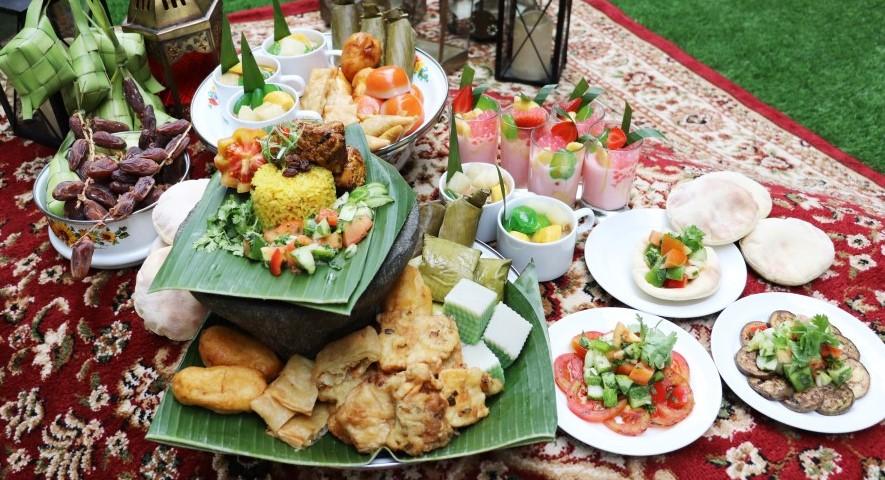 Berbagai menu makanan pada Taman Ramadhan Hotel GranDhika Iskandarsyah Jakarta