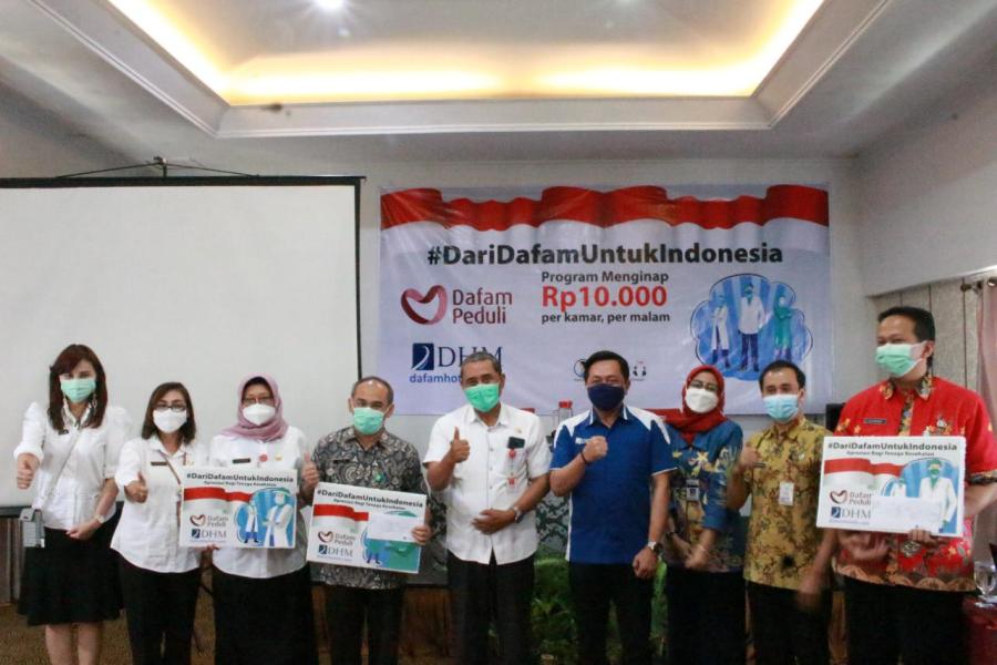 Foto Bersama Antara Dafam Hotel Management dengan tenaga kesehatan yang diundang dalam acara seremonial program #DariDafamUntukIndonesia
