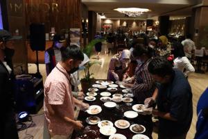 Para pengunjung menikmati berbagai makanan pastry saat pembukaan Wajik Pattiserie pada hari Rabu (7/4/2021) di Luminor Hotel Kota, Jakarta