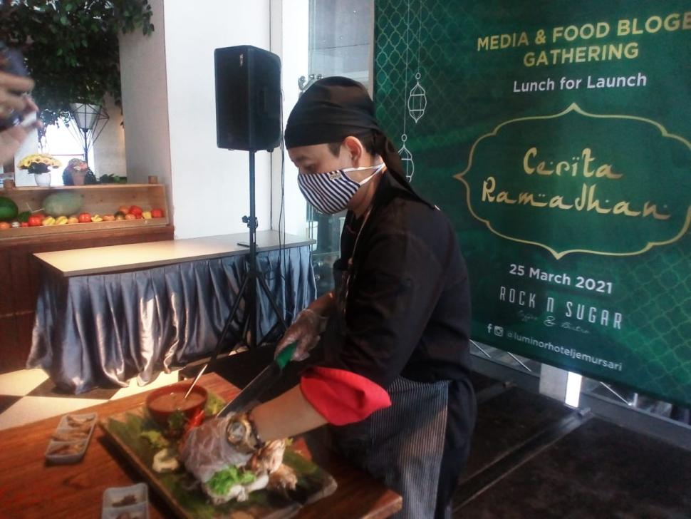 """Executive Chef Luminor Hotel Jemursari Surabaya Arryanto Wibowo mempersiapkan menu-menu khusus """"Cerita Ramadhan"""" Hotel Luminor Jemursari Surabaya"""