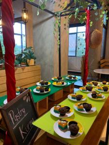 Hidangan Pastry Lebaran pada Wok n Tok Resto YELLO Hotel Jemursari