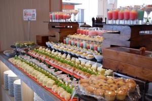 pilihan dessert yang akan dihidangkan kepada tamu HARRIS Hotel Bundaran Satelit Surabaya pada lebaran tahun ini
