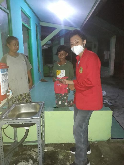 Kuliah Kerja Nyata Untag Surabaya Pasang Alat Cuci Tangan Sistem Injak di Desa