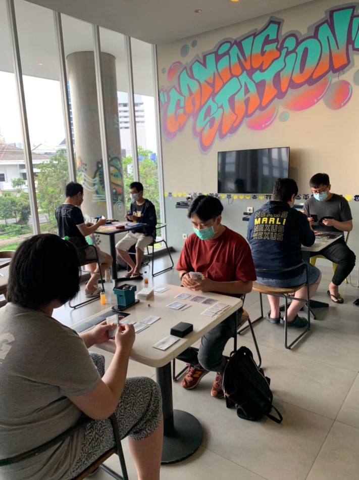 Serunya Bermain Board Game dan Trading Card Game di YELLO Hotel Jemursari Surabaya
